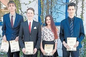 Ocenění nejlepších studentů roku 2017. Sára Szmeková je mezi vyznamenanými jedinou dívkou.