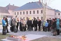 Zapálením svíčky u Památníku obětem válek a násilí Krnované upozorňují na zločinnou podstatu komunistické ideologie a připomínají oběti totalitních režimů.