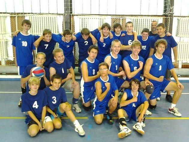 Krnovský mládežnický volejbal, to je především dobrá parta, žáci junioři drží pospolu. Někteří z krnovských volejbalistů mají na to hrát i extraligu.