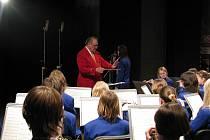 Dechový orchestr mladých z Krnova pod taktovkou svého šéfdirigenta Karla Dospivy.