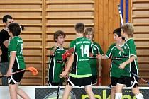 Florbaloví mladší žáci Orcy Krnov si po každém gólovém úspěchu plácli.