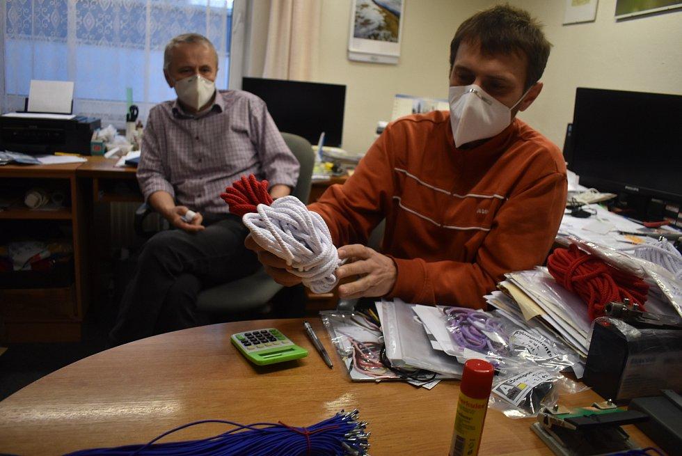 Leopold a Lukáš Matelovi z rodinné firmy Vemat.cz  Vadí jim, že čeští výrobci polotovarů a materiálů do ochranných pomůcek nemají nárok na podporu EU.