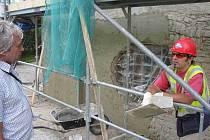 Památkář bruntálské radnice Zdeněk Žilka (vlevo) dohlíží pravidelně na průběh prací na kapli sv. archanděla Michaela na Ruské ulici v Bruntále.