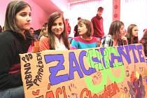 Vrbenská gymnazistka Melánie Šenkárová, žákyně základní školy Zuzana Sakalová a Jana Jiroušková (zleva) namalovaly transparent, vyzývající k zachování jediné střední školy ve Vrbně pod Pradědem.