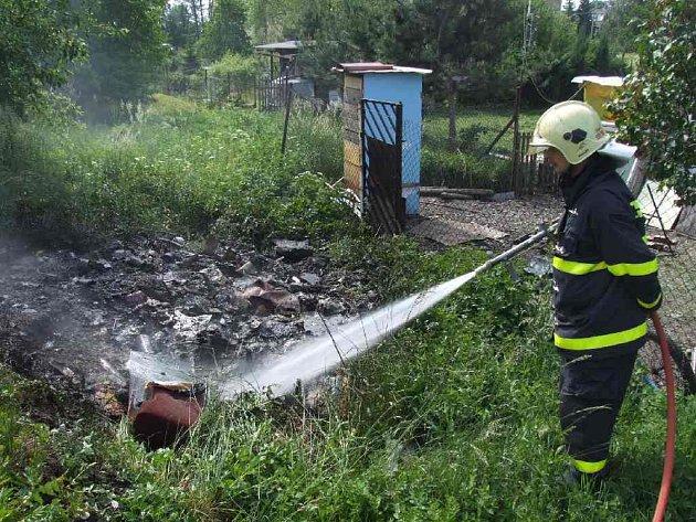 Hořící skládku museli likvidovat hasiči.