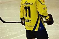 ROMAN TICHÝ dělá pro krnovský hokej první poslední jak na ledě, tak v manažerské funkci.