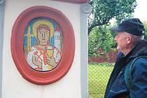 Boží muka v Úvalně zdobí od 27. června mozaiky Sv. Barbory, sv. Floriána a sv. Vavřince od Josefa Odrášky.