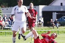 Kdyby hráli Krnováci do rána, gól v Heřmanicích nedají. Na snímku krnovský Jakub Dankovič (v bílém), který zaskočil na místě stopera místo Richarda Kozáka.