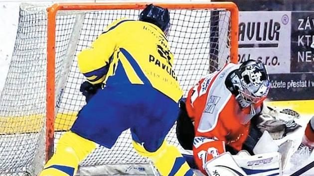 Krnovští hokejisté konečně zvítězili za tři body. Na snímku střílí Ondřej Pavlica (vlevo) jednu ze svých dvou branek do sítě Rožnova.