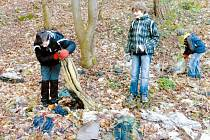 Skauti z Krnovské Trojky se pustili do sběru odpadu v lesích Cvilínského kopce. Akce Ukliďme Cvilín byla součástí Dne země a mezinárodní kampaně Let's Do It!.