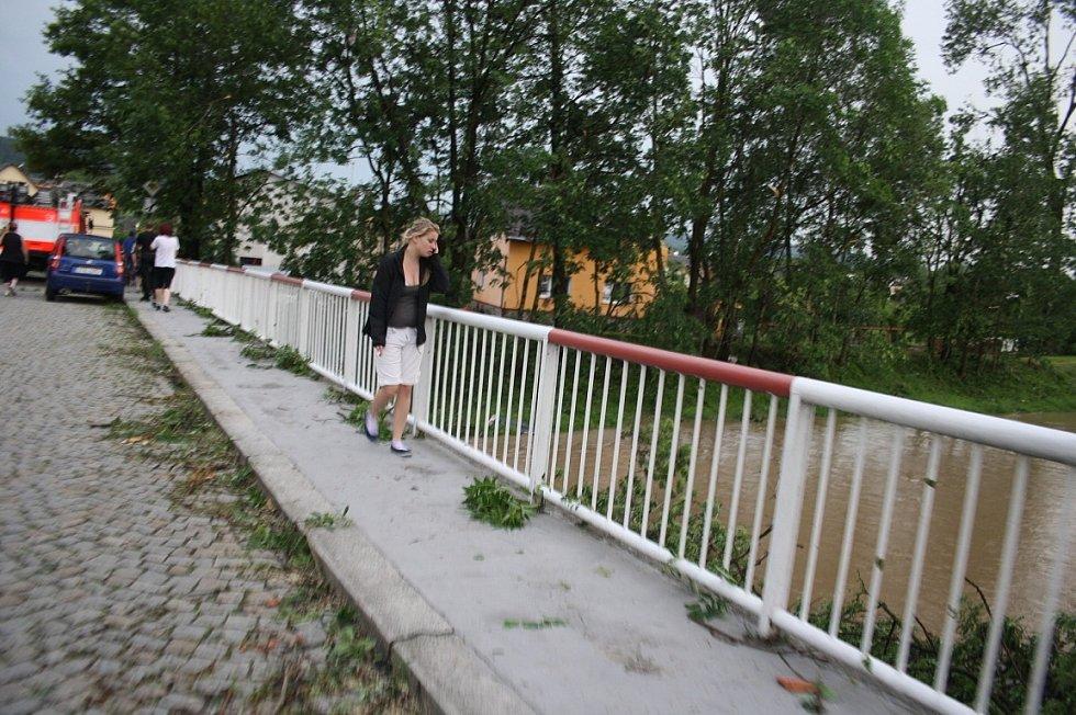 Následky ničivého tornáda na Krnovsku, červen 2013.