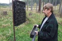 Miloš Koutný v rámci svých pracovních povinností bojuje v lesích na Bruntálsku s množícím se kůrovcem.
