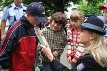 V rámci dopravně bezpečnostní akce zavítali policisté také mezi děti ve Městě Albrechticích.