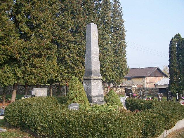 Pomník se jmény 47mužů padlých vprvní světové válce stojí vÚvalně na hřbitově od roku 1921.