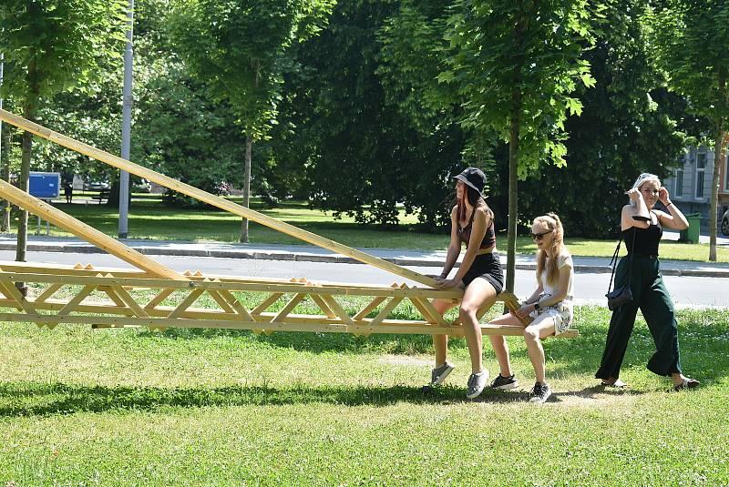 Architekt Jan Tyrpekl miluje experimentální dřevostavby a dřevěné konstrukce. V Krnově postavil největší houpačku v České republice.
