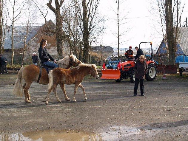 Zájemci o studium na Střední zemědělské škole v Bruntále se mohli projet na koni a prohlédnout si zemědělské stroje na školní farmě.