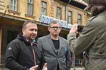 Marian Jurečka navštívil Domašov nad Bystřicí, aby si udělal představu o technickém stavu historických nádražních budov na trati Bruntál Olomouc.