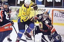 Hokejisté Krnova sice na počátku s Rožnovem prohrávali, ale už v první třetině vývoj otočili a v pohodě dokráčeli k vítězství. Na snímku ve žlutém útočník Michal Tošenovjan.