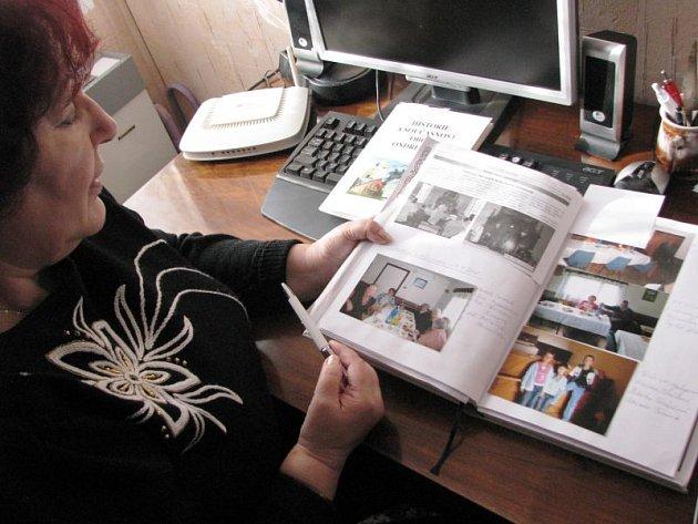 Anežka Továrková nad kronikou Ondřejova. Předsedkyně tamního osadního výboru dělá všechno proto, aby zachovala historii obce pro budoucnost.