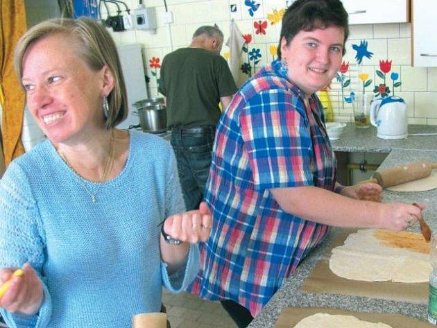 Vaření provoní vždy celou budovu. Na snímku jsou šikovní kuchaři Světlana (vlevo), Lenka a v pozadí Václav.