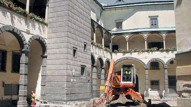 K původní podobě nádvoří se vrací na bruntálském zámku. Muzeum v Bruntále získalo od zřizovatele, kterým je Moravskoslezský kraj, peníze na obnovu nádvoří, na jehož obvodu vznikne chodník, střed bude tvořit valounová dlažba.