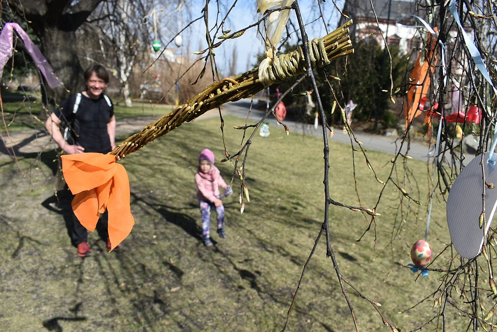 """Velikonoční strom """"vykvetl"""" v  krnovském parku díky učitelkám a dětem Základní školy Smetanův okruh."""