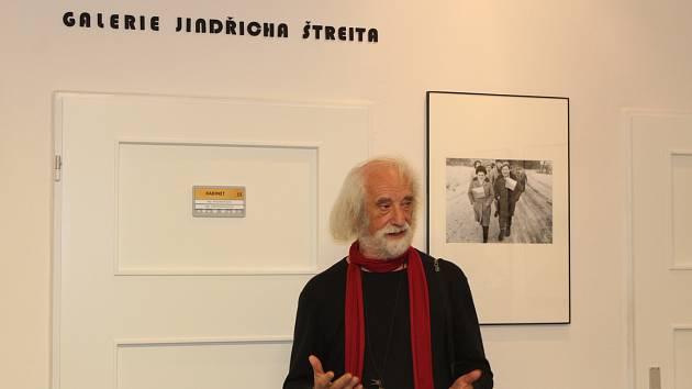 Zahájení výstavy fotografií Jindřicha Štreita na gymnáziu v Rýmařově v roce 2019.