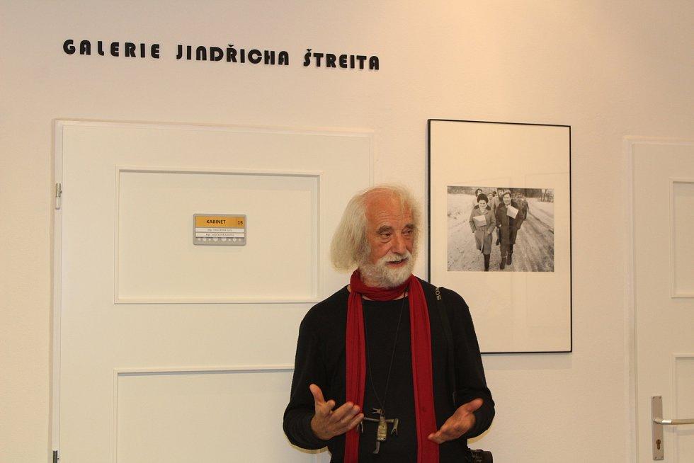 Zahájení výstavy fotografií Jindřicha Štreita na gymnáziu v Rýmařově. Štreit představil své snímky z Listopadu 1989.