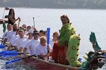 Na Slezské Hartě se konaly závody dračích lodí.