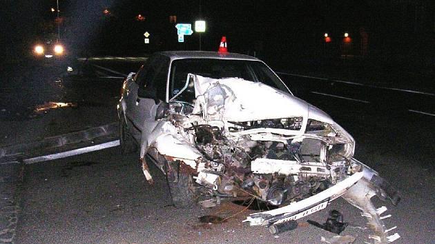 Městská policie v pátek večer pomáhala řídit provoz na Rýmařovské ulici v Bruntále, kde kolem dvaadvacáté hodiny šofér zdemoloval svůj vůz, když srazil značku a sloup.
