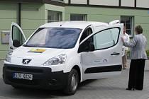 Pečovatelky ze společnosti Help-in si převzaly před několika dny nové auto. S jeho pomocí mohou rozšířit nabídku služeb pro potřebné ve Vrbně pod Pradědem a jeho okolí.