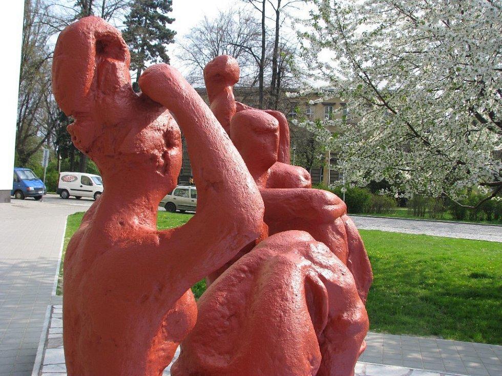 Plastika Rodina prošla rekonstrukcí a dnes už zase září červenou. Tentokrát jde ale o jemnější odstín, než byla původní křiklavá červeň, kterou své dílo završil sochař Jirava.