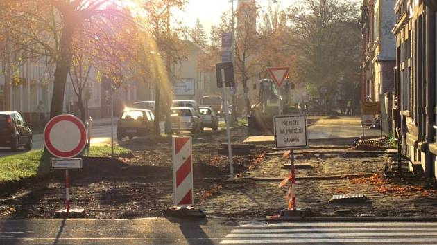 Albrechtická ulice v těchto místech bude mít zúžený chodník, aby bylo dost prostoru na parkovací místa a cyklostezku. Tento úsek realizuje firma Aleš Fousek řádově za tři miliony korun.