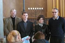 Cenu Ernsta Berla v krnovské synagoze převzali dva studenti bruntálského gymnázia. Vojtěch Matuš z Oktávy za své vynikající sportovní úspěchy a Klára Řepková ze septimy, která se zúčastnila pozoruhodného projektu - simulovaného letu na Mars.