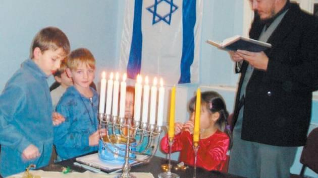 Chanuka je osmidenní svátek, během kterého se na osmiramenném svícnu každý sen rozzáří jedna svíčka. Příznivci krnovské synagogy znovu oživují tyto dávné tradice.