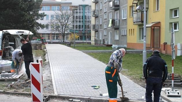 Školáci i lidé bydlící na Jesenické ulici se dočkali nového chodníku, který vede od Jesenické ulice okolo vstupů do panelových domů přímo před zdejší základní školu.