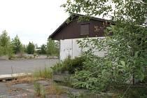 Bývalé holobyty v areálu někdejších bruntálských kasáren kryjí z ulice U Stadionu plochu, na níž by měly vyrůst mrazírny pro lesní plody a ovoce.