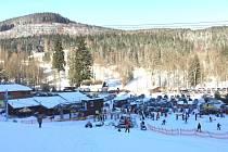 Skiareál Myšák při pohledu ze svahu do karlovského údolí. Sněhu je na sjezdovkách v tamní lokalitě stále sedmdesát centimetrů.