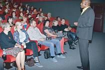 Mark Dzirasa pochází z česko-ghanského manželství. Je světovou špičkou v moderování, motivaci, byl i trenérem a osobním koučem hokejisty Jaromíra Jágra. V Bruntále zaplnil mentor sál kina.