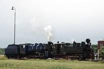 Parní lokomotivy Malý štokr (vlevo) a Rešica (vpravo) budou vozit výletníky také v sobotu na Den dráhy.