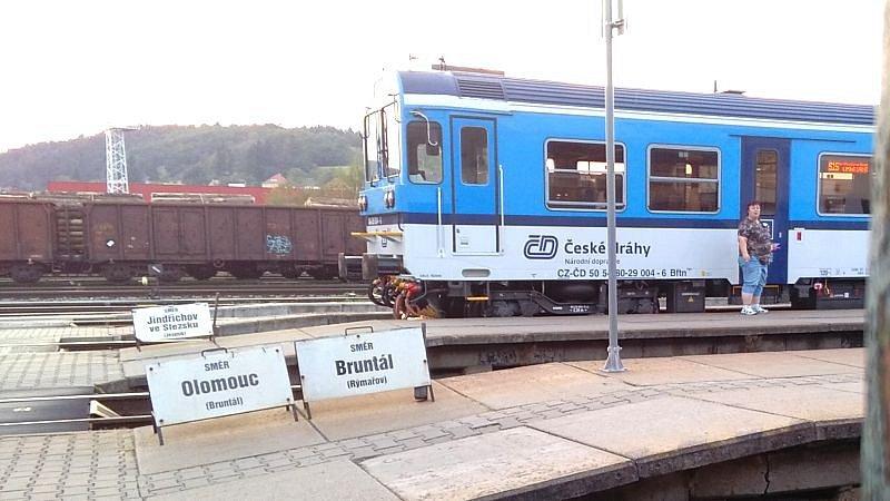 Cesta vlakem z Krnova do Olomouce dnes trvá téměř dvě hodiny. Může ji zkrátit modernizace a elektrifikace? To má prověřit studie proveditelnosti.