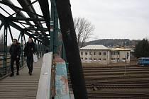 Lávka přes kolejiště spojuje Krnov a Kostelec už 110 let. Nyní bude kvůli havarijnímu stavu uzavřena.