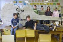 Mladí umělci vyrobili basu z papíru.