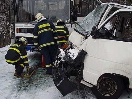 Dopravní nehoda autobusu a dodávky v Suché Rudné si vyžádala čtyři raněné osoby.