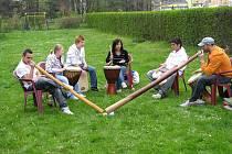 U krnovského jezu odstartovala exhibicí kanoisty Bohumila Boba Šárky a bubenickým vystoupením mládeže z dětského domova v Lichnově kampaň nazvaná Krnovské Benátky.