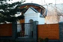 KAPLIČKU pod Salvátorem koupil i s pozemkem soukromník, který si vedle postavil dům. Dnes je kaplička perfektně opravená, ale stojí v soukromé zahradě za bytelným plotem.