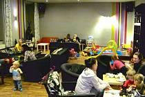 Otevření rodinné kavárny v Krnově přijali maminky i tatínci s dětmi s nadšením. Koutek pro děti tak zůstává jen málokdy tichý a opuštěný.