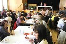 Členové volebních komisí Města Bruntálu se sešli, aby se dozvěděli bližší informace k volbám. Tito lidé budou vítat voliče ve volebních místnostech.