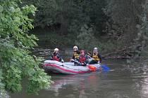 Rafty pomalu projížděly rozvodněnou řekou Opavou.