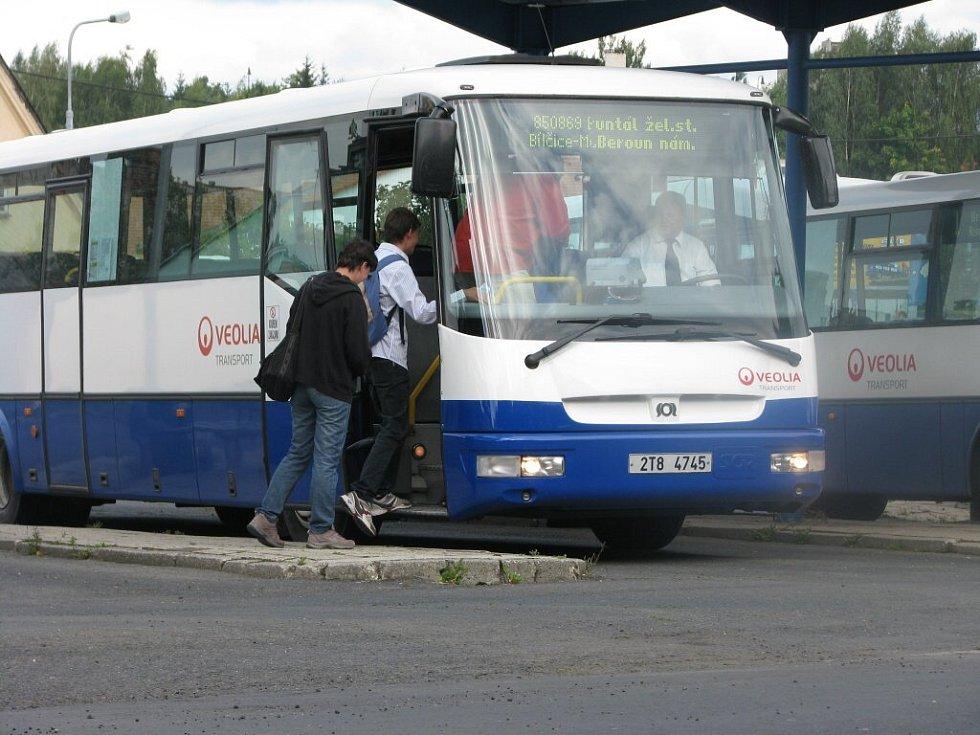 K výměně vozového parku bude docházet postupně a nějaký čas budou jezdit současně autobusy v dosavadních (na snímku) i nových barvách.